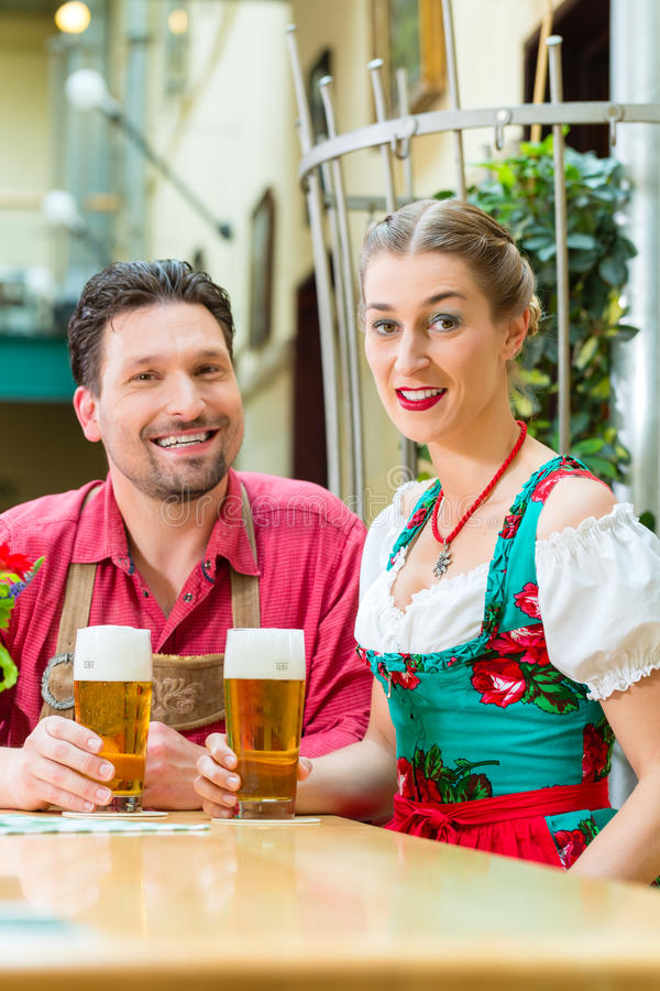 Potomstwa dobierają się w Bavaria w restauraci lub pubie fotografia stock
