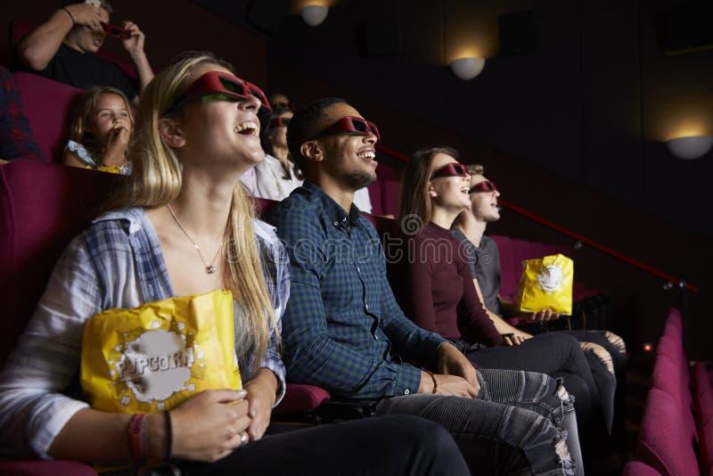 Potomstwa Dobierają się W Kinowych Jest ubranym 3D szkłach Ogląda film zdjęcie stock