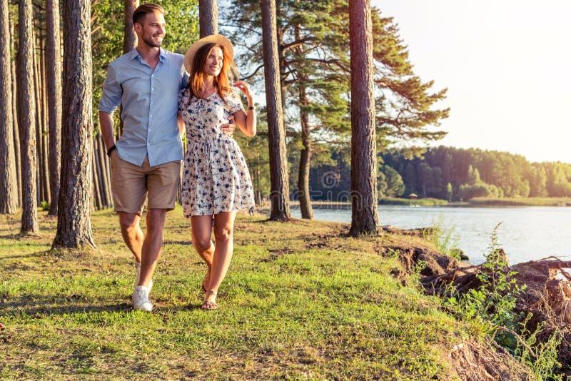 Potomstwa dobierają się w miłości chodzi w jesień parka mienia rękach patrzeje w zmierzchu obrazy royalty free