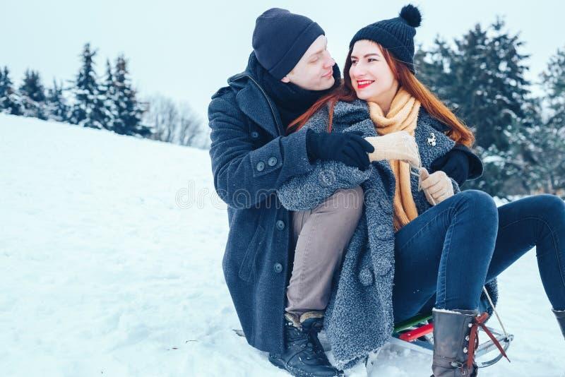Potomstwa dobierają się w miłości cieszy się zimę urlopową i ma zabawę na śnieżnym zima dniu zdjęcie royalty free