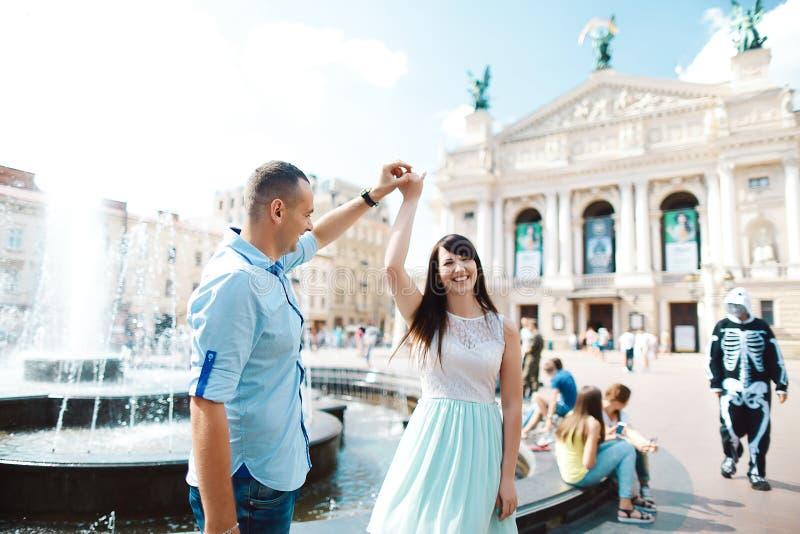 Potomstwa dobierają się w miłości ma zabawę, uściśnięcia i uśmiechy, blisko budynku fotografia royalty free