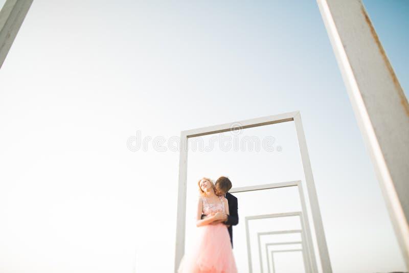 Potomstwa dobierają się w miłości pozuje na dachu z perfect miasto widoku mienia przytuleniem i rękami piękny zachód słońca obrazy royalty free