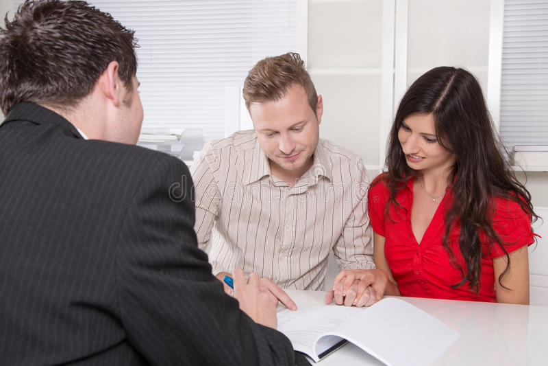 Potomstwa dobierają się w spotkaniu - ubezpieczenie lub bank fotografia stock