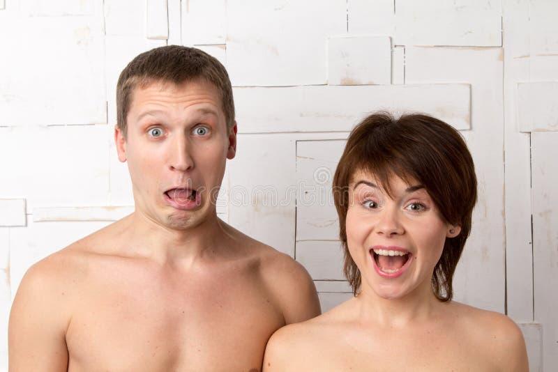 Potomstwa dobierają się z emocjami niespodzianka blisko białej ściany obraz stock