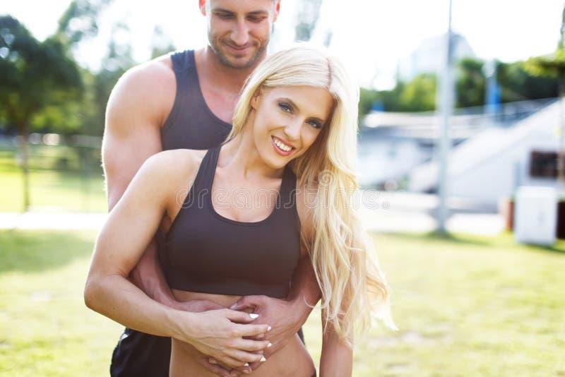 Potomstwa dostosowywali kobiety ebraced osobistym trenerem zdjęcie stock