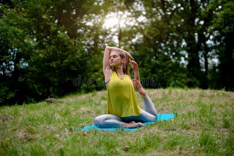 Potomstwa Dostosowywali kobiety Robi joga ćwiczeniom zdjęcia stock