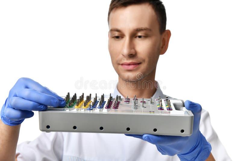 Potomstwa fabrykują dentysty wszczepu chwyt tapered chirurgicznie tacę obraz royalty free