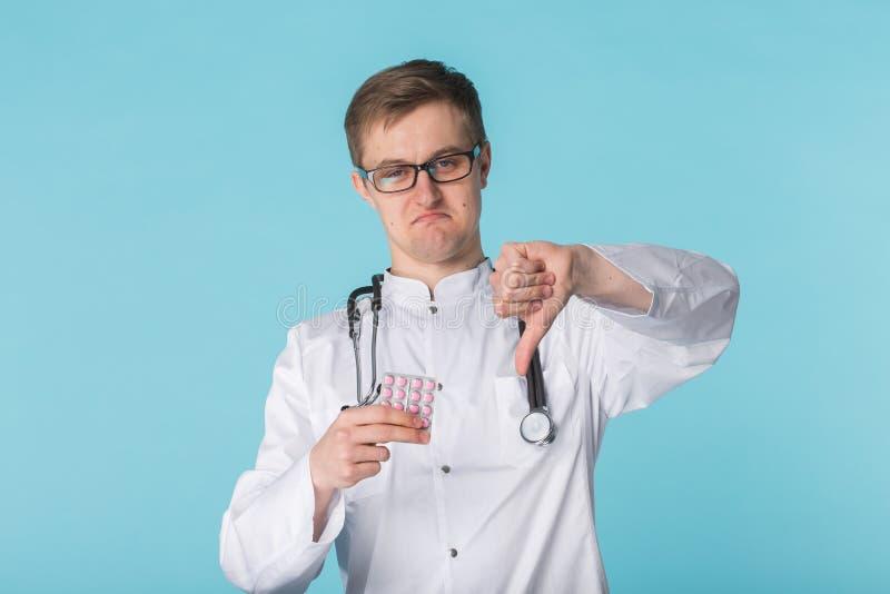 Potomstwa fabrykują mężczyzna w białej medycznej todze z kciuka puszka gestem fotografia royalty free