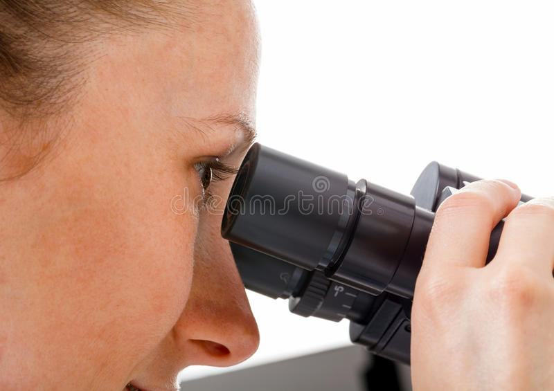 Potomstwa fabrykują patrzeć w mikroskopie zdjęcia royalty free