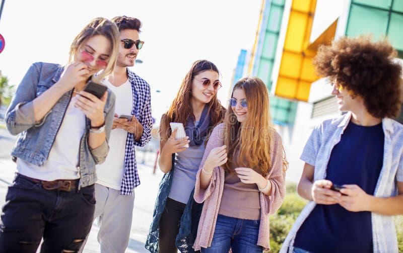 Potomstwa grupują młodości przyjaźni pojęcie zdjęcie royalty free