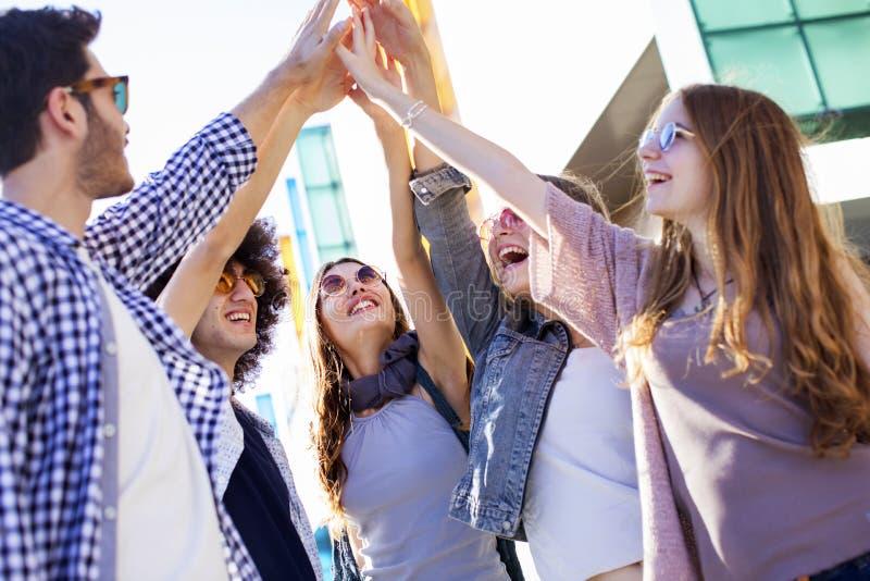Potomstwa grupują młodości przyjaźni pojęcie zdjęcie stock