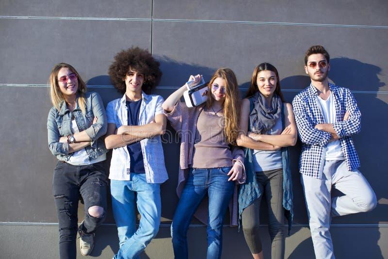 Potomstwa grupują młodości przyjaźni pojęcie fotografia royalty free