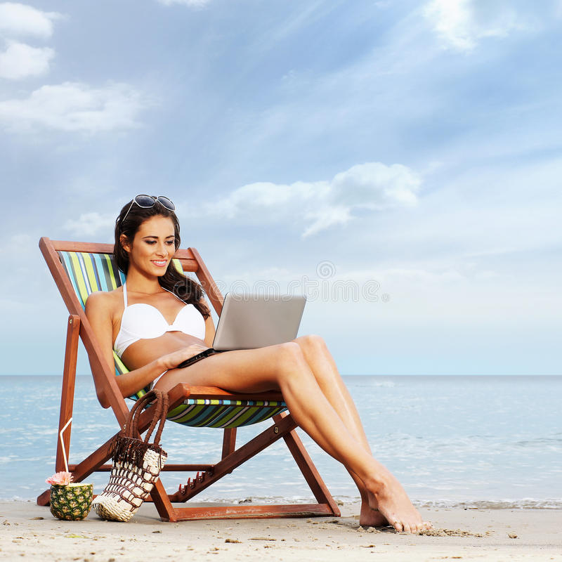 Potomstwa i dysponowana brunetka relaksuje na pięknej plaży obraz stock