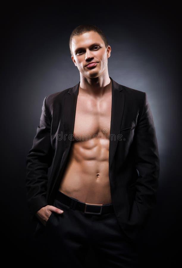 Potomstwa i dysponowany bodybuildrer modelują w kostiumu fotografia royalty free