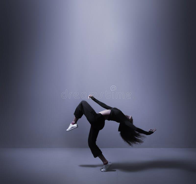 Download Potomstwa I Dysponowany Kobieta Taniec W Sporty Odziewają Zdjęcie Stock - Obraz złożonej z kopiasty, choreografia: 28962712
