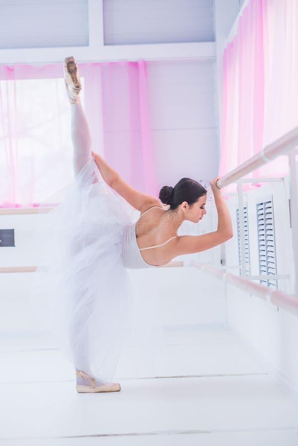 Potomstwa i niesamowicie piękna balerina są pozujący i tanczący w biały pracowniany pełnym światło obrazy royalty free