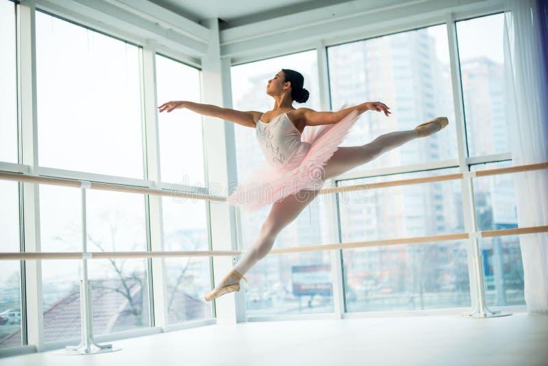 Potomstwa i niesamowicie piękna balerina są pozujący i tanczący w biały pracowniany pełnym światło zdjęcie royalty free