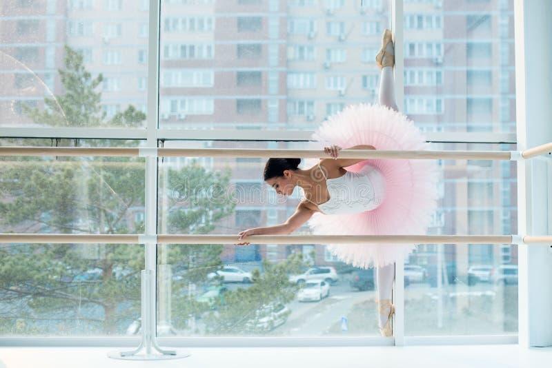 Potomstwa i niesamowicie piękna balerina są pozujący i tanczący w biały pracowniany pełnym światło fotografia stock