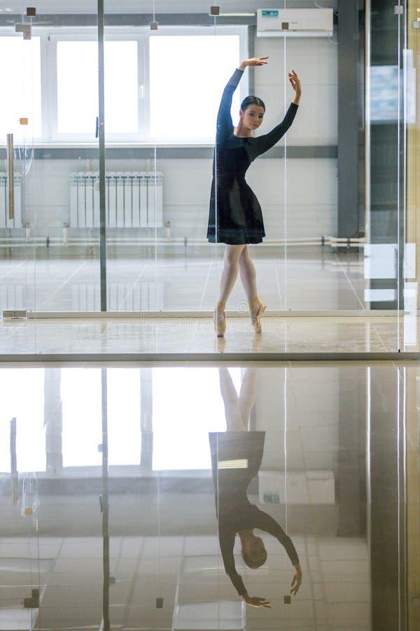 Potomstwa i niesamowicie piękna balerina są pozujący i tanczący w biały pracowniany pełnym światło zdjęcia royalty free