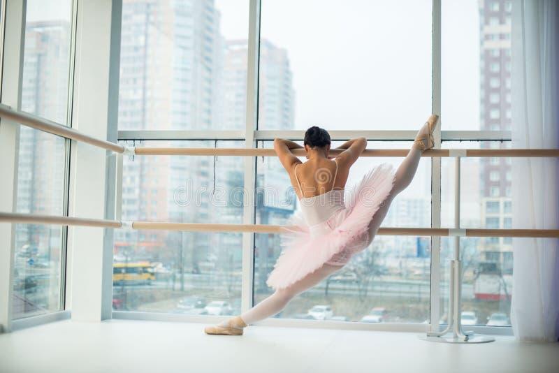 Potomstwa i niesamowicie piękna balerina są pozujący i tanczący w biały pracowniany pełnym światło obrazy stock