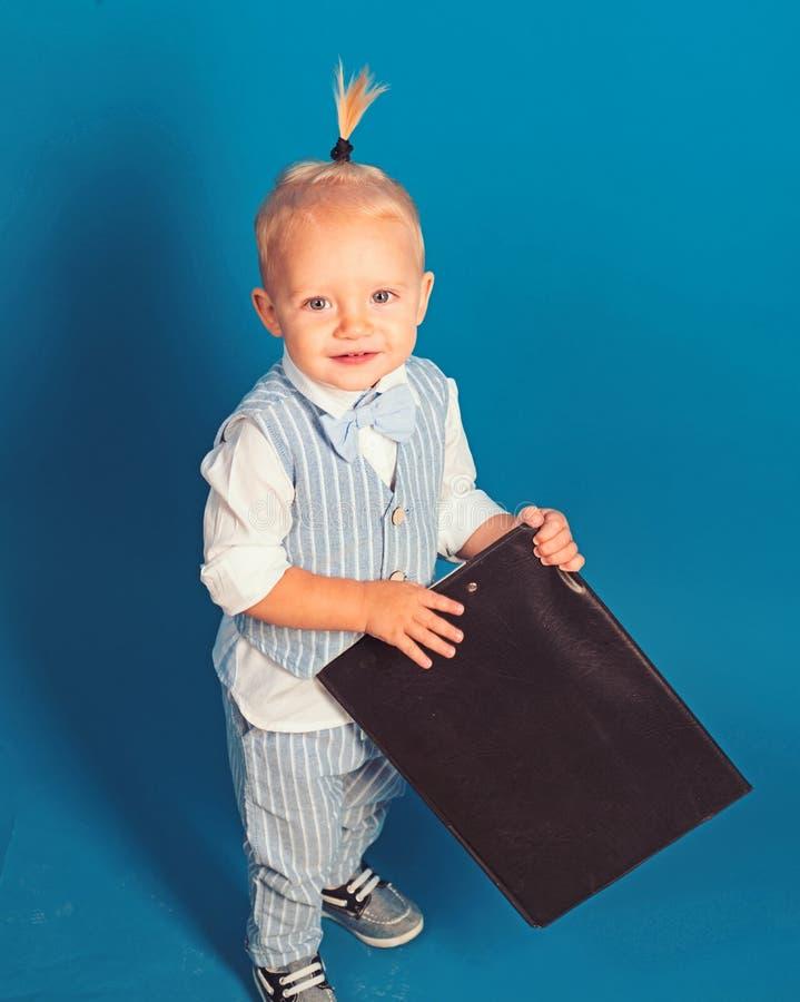 Potomstwa i profesjonalista Chłopiec dziecka planu rozpoczęcia strategia biznesowa małe dziecko Mały dziecko szef Uroczy dziecko  obrazy stock