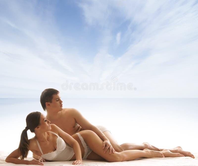 Download Potomstwa I Seksowna Para Relaksuje W Bieliźnie Obraz Stock - Obraz złożonej z para, piękny: 28961879