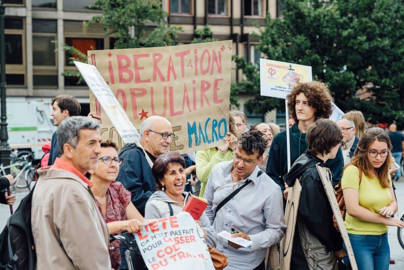 Potomstwa i seniory przy protestem w Francja przeciw macron zdjęcia stock