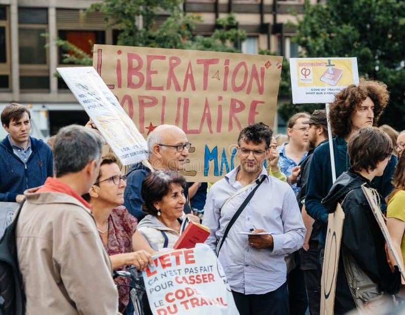 Potomstwa i seniory przy protestem w Francja przeciw macron obraz royalty free