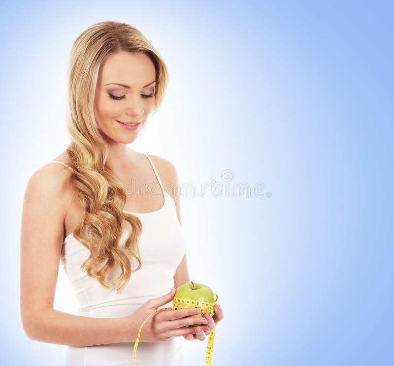 Download Potomstwa I Szczęśliwa Kobieta Mierzy Jabłka Zdjęcie Stock - Obraz złożonej z blondyny, majtasy: 28965118