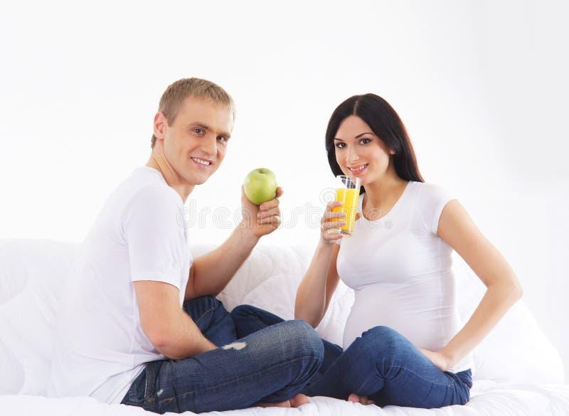 Download Potomstwa I Szczęśliwy Cpuple Czekanie Dla Dziecka Zdjęcie Stock - Obraz złożonej z femaleness, mąż: 28963256