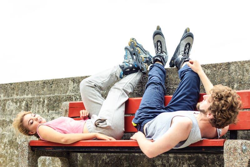 Potomstwa męczący ludzie przyjaciół relaksuje na ławce zdjęcia stock