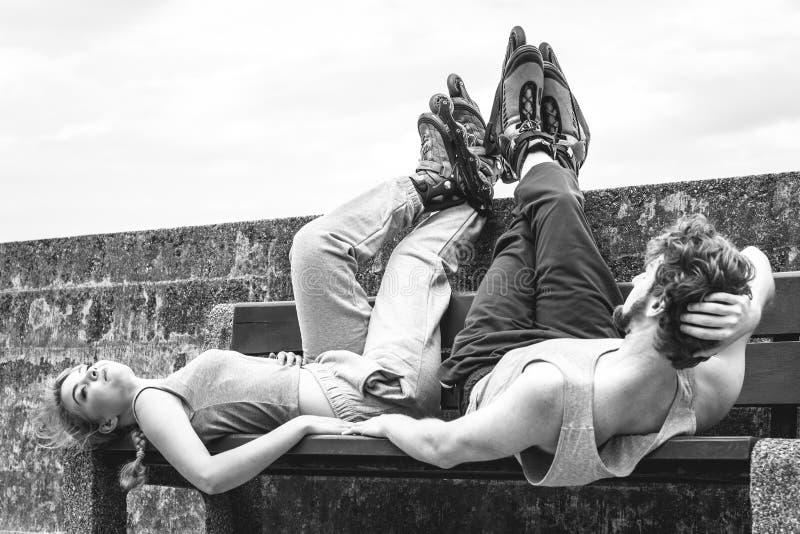 Potomstwa męczący ludzie przyjaciół relaksuje na ławce zdjęcie royalty free