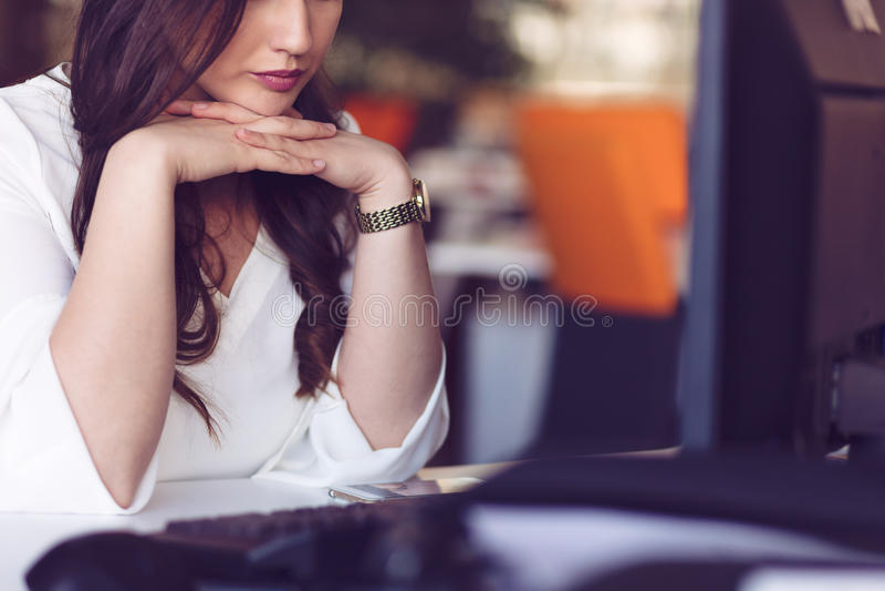 Potomstwa męczyli biznesowej kobiety z migreny obsiadaniem w miejscu pracy obraz royalty free