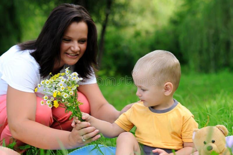 Potomstwa matka i córka w parku zdjęcie royalty free