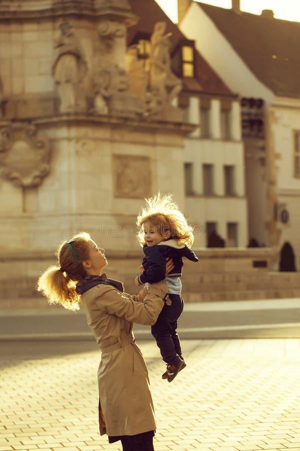 Potomstwa matka i ch?opiec zdjęcia stock
