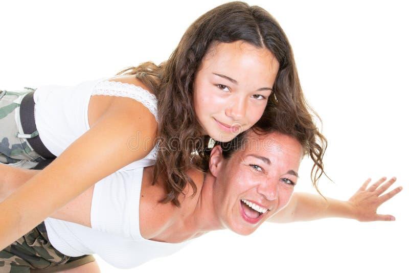 Potomstwa matkują bawić się z córki dziewczyną nastoletnią na bielu zdjęcia royalty free