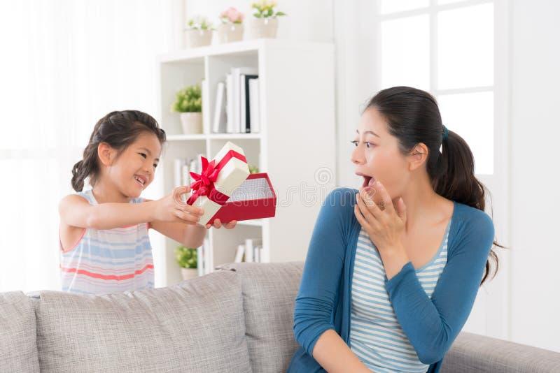 Potomstwa matkują obsiadanie na leżance w domu zdjęcia stock