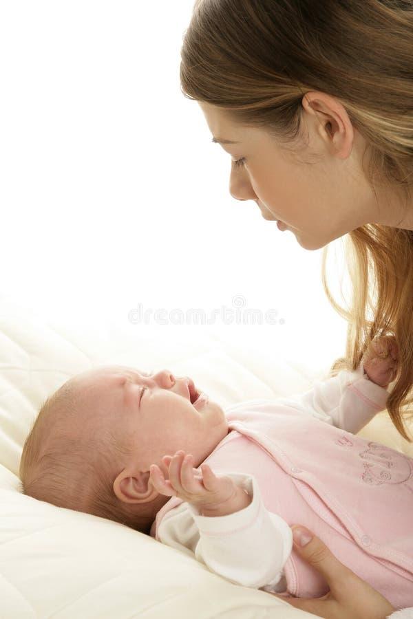 Potomstwa matkują pocieszać płaczu nowonarodzonego dziecka fotografia royalty free