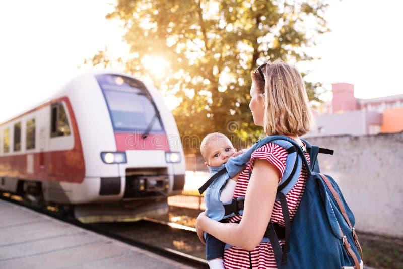 Potomstwa matkują podróżowanie z dzieckiem pociągiem zdjęcia royalty free