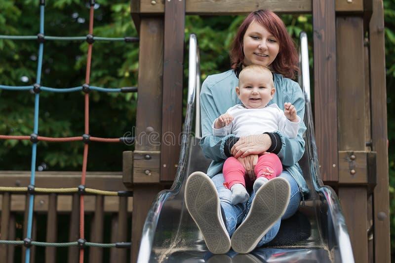 Potomstwa matkują szczęśliwie wydawać czas z młodym dzieckiem w lato parku zdjęcia stock