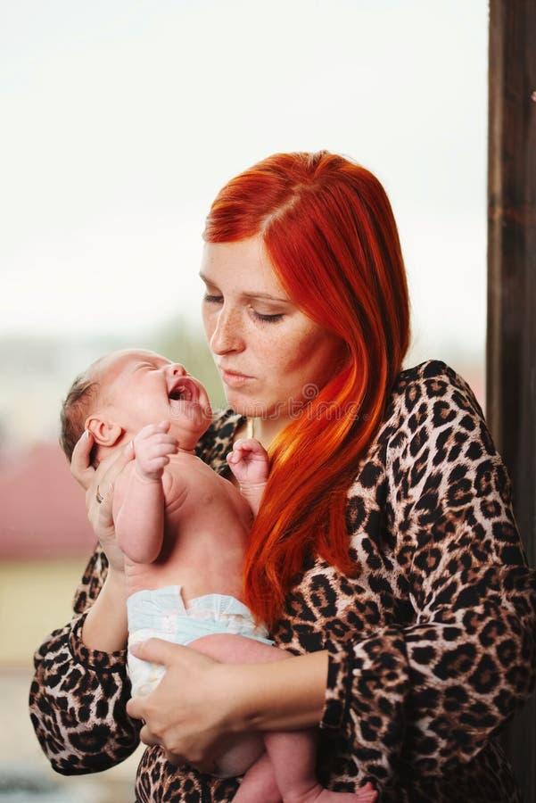 Potomstwa matkują z płaczu dzieckiem fotografia royalty free