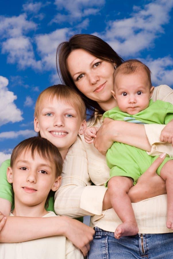 Potomstwa matkują z trzy dziećmi obraz royalty free