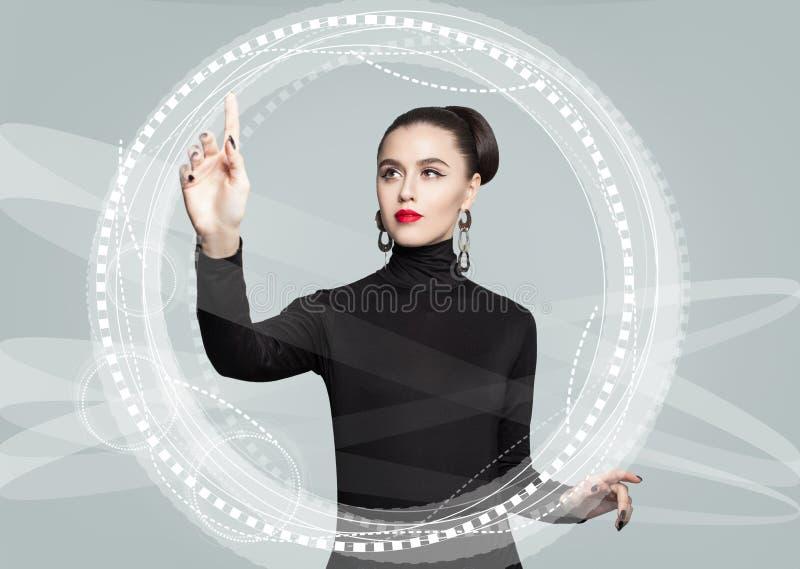 Potomstwa modelują biznesowej kobiety używa wirtualnego parawanowego ciułacza Edukacja zdjęcia stock
