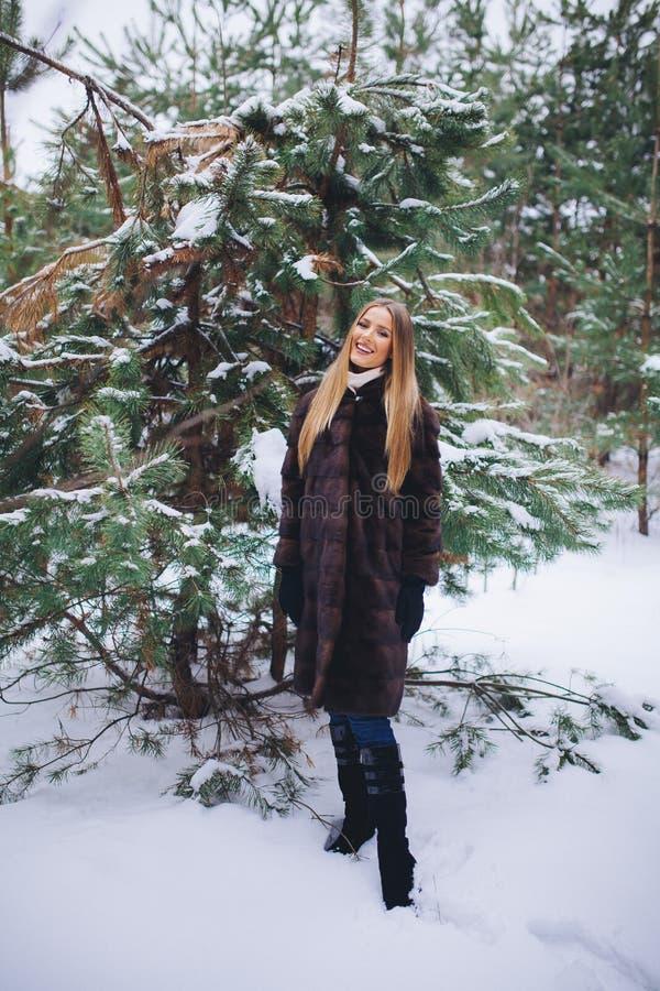Potomstwa modelują dziewczyna spacer w zima lesie obraz stock
