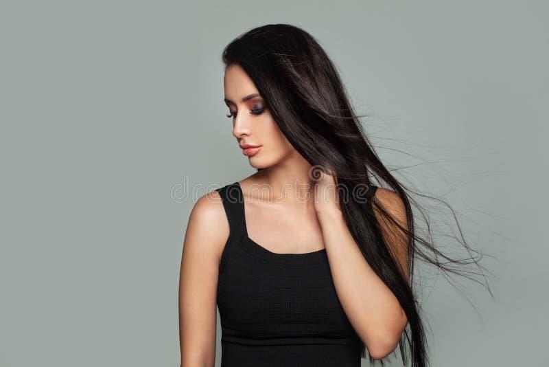 Potomstwa Modelują kobiety z Perfect Makeup i Tęsk fryzura fotografia stock