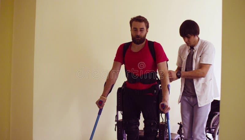 Potomstwa obezwładniają mężczyzna w mechanicznym exoskeleton zdjęcia royalty free