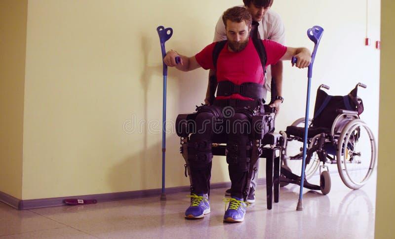 Potomstwa obezwładniają mężczyzna w mechanicznym exoskeleton obrazy stock