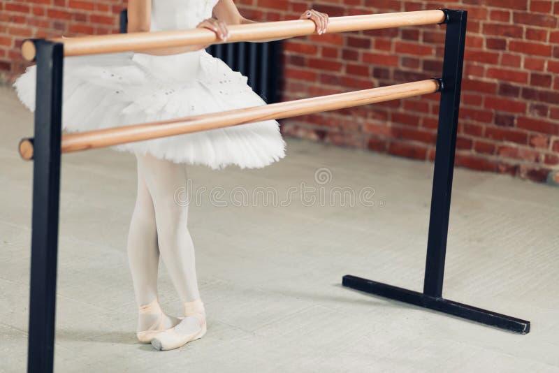 Potomstwa odchudzają kobieta studing balet indoors zdjęcia royalty free