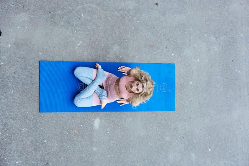 Potomstwa odchudzają blond kobiety robi joga ćwiczeniom fotografia royalty free