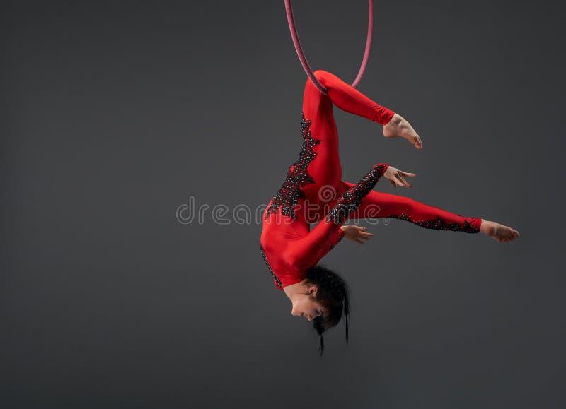 Potomstwa odchudzają gimnastyczki z czerwonym obręcza studia portretem zdjęcia royalty free